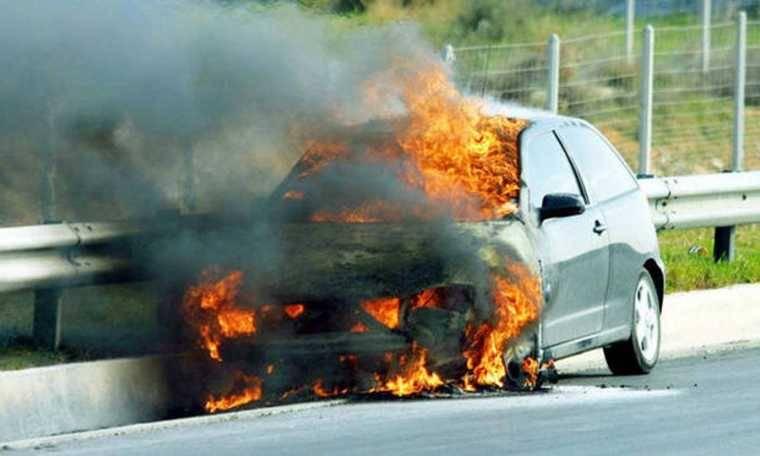 Φωτιά εν κινήσει σε αυτοκίνητο στη Θήβα